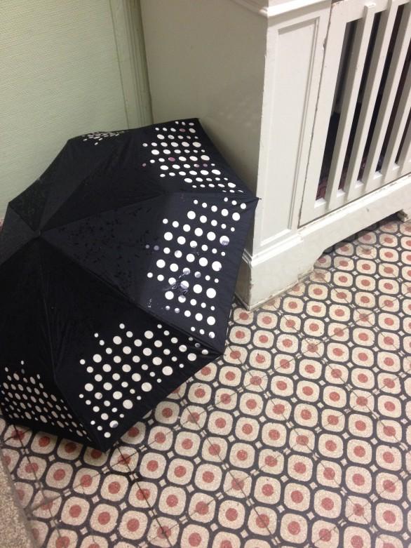 Regenschirm auf Mosaik.
